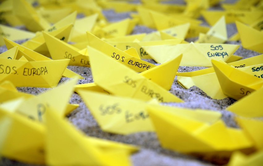 epa04715930 Some paper boats with the message 'SOS Europe' are placed by activists from Amnesty International organization in Sant Sebastia beach in Barcelona, Spain, 22 April 2015. The organization presented a report about the failure of the European leaders' management of the refugees rescue in Mediterranean Sea. EPA/ALBERTO ESTEVEZ +++(c) dpa - Bildfunk+++